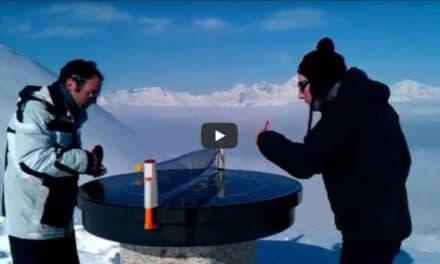 Jouer au Ping Pong sur le sommet d'une montagne