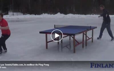 Jouer au Ping Pong sur la Glaceoudans un Champ sur un tracteur