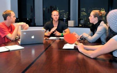 Une conférence sur une table de Ping Pong